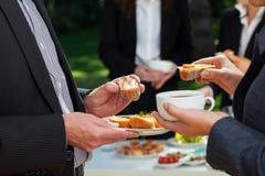 Επιχειρησιακό μεσημεριανό γεύμα στον κήπο Στοκ εικόνες με δικαίωμα ελεύθερης χρήσης