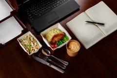 Επιχειρησιακό μεσημεριανό γεύμα στον υπολογιστή γραφείου του υπολογιστή σας Στοκ Εικόνες