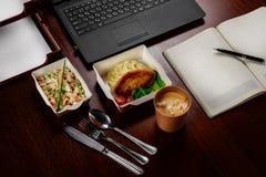 Επιχειρησιακό μεσημεριανό γεύμα στον υπολογιστή γραφείου του υπολογιστή σας Στοκ φωτογραφία με δικαίωμα ελεύθερης χρήσης