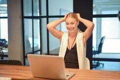 Επιχειρησιακό ξανθό κορίτσι που χρησιμοποιεί ένα lap-top σε ένα γραφείο Στοκ φωτογραφίες με δικαίωμα ελεύθερης χρήσης