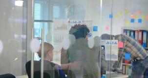 Επιχειρησιακό πλήρωμα που εργάζεται πίσω από τις πόρτες γυαλιού απόθεμα βίντεο