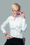 Επιχειρησιακό πορτρέτο ενός χαμογελώντας κοριτσιού στα γυαλιά Στοκ Εικόνα