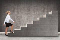 Επιχειρησιακό πρόσωπο που επιταχύνει μια σκάλα Στοκ εικόνες με δικαίωμα ελεύθερης χρήσης