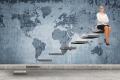 Επιχειρησιακό πρόσωπο που επιταχύνει μια σκάλα Στοκ Εικόνες