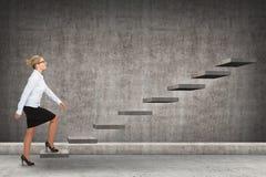 Επιχειρησιακό πρόσωπο που επιταχύνει μια σκάλα Στοκ Εικόνα