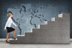 Επιχειρησιακό πρόσωπο που επιταχύνει μια σκάλα Στοκ φωτογραφία με δικαίωμα ελεύθερης χρήσης