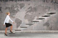 Επιχειρησιακό πρόσωπο που επιταχύνει μια σκάλα Στοκ Φωτογραφίες
