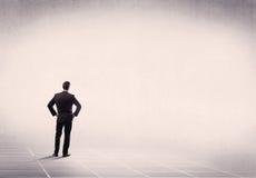 Επιχειρησιακό πρόσωπο που στέκεται στο κενό διάστημα Στοκ φωτογραφία με δικαίωμα ελεύθερης χρήσης