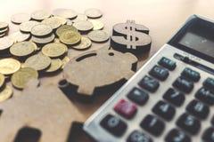Επιχειρησιακό υπόβαθρο με τα χρήματα, τον υπολογιστή, το piggy και τρόπο σπιτιών Στοκ Εικόνα