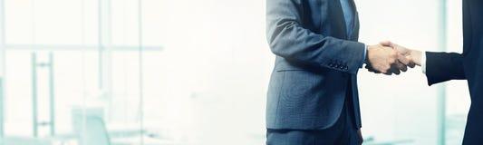 Επιχειρησιακό υπόβαθρο - χειραψία επιχειρηματιών με το διάστημα αντιγράφων Στοκ Φωτογραφία