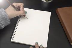 Επιχειρησιακό χέρι που γράφει για να κάνει τον κατάλογο στο σημειωματάριο Στοκ φωτογραφίες με δικαίωμα ελεύθερης χρήσης