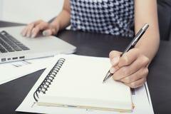 Επιχειρησιακό χέρι που γράφει στο σημειωματάριο για να κάνει το διοργανωτή έννοιας καταλόγων Στοκ φωτογραφία με δικαίωμα ελεύθερης χρήσης