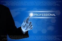 Επιχειρησιακό χέρι που χτυπά το επαγγελματικό κουμπί στην οθόνη αφής Στοκ εικόνα με δικαίωμα ελεύθερης χρήσης