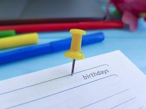 Επιχειρησιακό χέρι σημειωματάριων εγγράφου χρώματος υπενθυμίσεων υπολογιστών γραφείου γραφείων σημειωματάριων Pushpin Στοκ φωτογραφία με δικαίωμα ελεύθερης χρήσης
