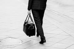 Επιχειρησιακό ύφος, άτομο με τη γραπτή εικόνα τσαντών Στοκ Φωτογραφίες
