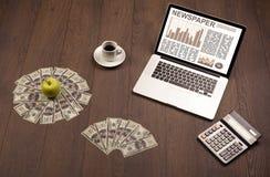 Επιχειρησιακό lap-top με την έκθεση χρηματιστηρίου σχετικά με το ξύλινο γραφείο Στοκ φωτογραφία με δικαίωμα ελεύθερης χρήσης