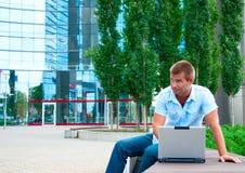 Επιχειρησιακό manwith lap-top μπροστά από το σύγχρονο επιχειρησιακό κτήριο Στοκ φωτογραφία με δικαίωμα ελεύθερης χρήσης