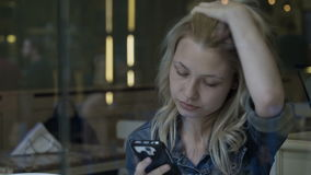Επιχειρησιακών γυναικών στα κοινωνικά μέσα στο smartphone τρώγοντας το παγωτό στην αναμονή μπαρ φιλμ μικρού μήκους