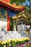 Επιχρυσωμένες κόκκινες ξύλινες στέγες στο παραδοσιακό κινεζικός-ύφος στο Budd Στοκ Φωτογραφίες