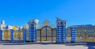 Επιχρυσωμένη δικτυωτή πύλη του παλατιού της Catherine σε Tsarskoye Selo Στοκ Εικόνα