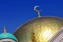 Επιχρυσωμένος θόλος και ημισεληνοειδές μουσουλμανικό μουσουλμανικό τέμενος φεγγαριών Στοκ Φωτογραφίες