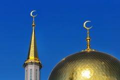 Επιχρυσωμένος θόλος και ημισεληνοειδές μουσουλμανικό μουσουλμανικό τέμενος φεγγαριών Στοκ Φωτογραφία