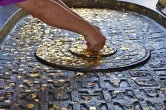 Επιχρύσωση των χρυσών φύλλων για τη λατρεία Στοκ φωτογραφίες με δικαίωμα ελεύθερης χρήσης