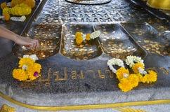 Επιχρύσωση των χρυσών φύλλων για τη λατρεία Στοκ φωτογραφία με δικαίωμα ελεύθερης χρήσης