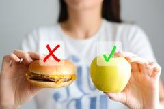 Επιλέξτε μεταξύ του άχρηστου φαγητού και μιας υγιεινής διατροφής Στοκ Εικόνες