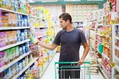 Επιλέξτε τα τρόφιμα στο κατάστημα στοκ φωτογραφίες