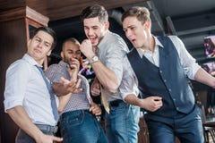 Επιλέξτε το καλύτερο των φίλων Τέσσερα άτομα φωνάζουν και χαίρονται τη συνεδρίαση FR Στοκ Εικόνες