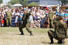 Επιδείξεις των στρατιωτών κατά τη διάρκεια του εορτασμού των αερομεταφερόμενων δυνάμεων Στοκ Φωτογραφία