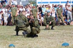 Επιδείξεις των στρατιωτών κατά τη διάρκεια του εορτασμού των αερομεταφερόμενων δυνάμεων Στοκ εικόνες με δικαίωμα ελεύθερης χρήσης