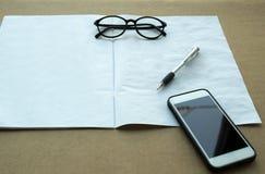 Επιλεγμένα μάνδρα εστίασης και γυαλιά και τηλέφωνο κυττάρων με το χειρωνακτικό βιβλίο Στοκ Εικόνες