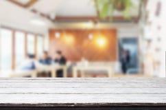 Επιλεγμένη κενή καφετιά ξύλινη πίνακας εστίασης και καφετερία ή resta Στοκ φωτογραφίες με δικαίωμα ελεύθερης χρήσης