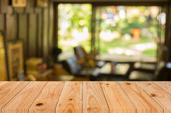 Επιλεγμένοι κενοί καφετιοί ξύλινοι πίνακας εστίασης και ΤΣΕ θαμπάδων καφετεριών Στοκ Φωτογραφίες