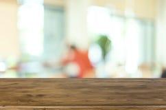 Επιλεγμένοι κενοί καφετιοί ξύλινοι πίνακας εστίασης και ΤΣΕ θαμπάδων καφετεριών Στοκ Φωτογραφία