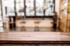 Επιλεγμένοι κενοί καφετιοί ξύλινοι πίνακας εστίασης και ΤΣΕ θαμπάδων καφετεριών Στοκ Εικόνες