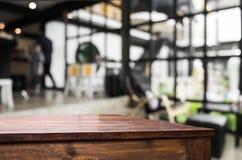 Επιλεγμένοι κενοί καφετιοί ξύλινοι πίνακας εστίασης και ΤΣΕ θαμπάδων καφετεριών Στοκ Εικόνα