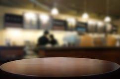 Επιλεγμένοι κενοί καφετιοί ξύλινοι πίνακας εστίασης και restaura καφετεριών Στοκ φωτογραφίες με δικαίωμα ελεύθερης χρήσης
