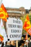 Επιδεικνύοντες που διαμαρτύρονται ενάντια στον τουρκικό Πρόεδρο Ερντογάν polic Στοκ Εικόνες