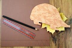 Επιδιορθώστε έναν σκαντζόχοιρο με το έγγραφο και το ψαλίδι Στοκ Φωτογραφίες
