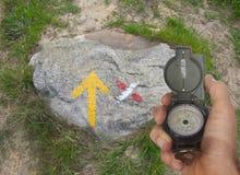Επιδιώξτε το δρόμο, ακολουθήστε τα σημάδια Στοκ Εικόνες