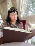 Επιλογές ανάγνωσης γυναικών Στοκ Φωτογραφίες