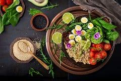 Επιλογές διατροφής Υγιής σαλάτα των φρέσκων λαχανικών - ντομάτες, αβοκάντο, arugula, αυγό, σπανάκι και quinoa στο κύπελλο Στοκ Εικόνες