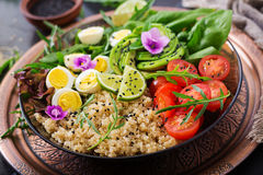 Επιλογές διατροφής Υγιής σαλάτα των φρέσκων λαχανικών - ντομάτες, αβοκάντο, arugula, αυγό, σπανάκι και quinoa Στοκ φωτογραφία με δικαίωμα ελεύθερης χρήσης
