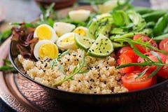 Επιλογές διατροφής Υγιής σαλάτα των φρέσκων λαχανικών - ντομάτες, αβοκάντο, arugula, αυγό, σπανάκι και quinoa Στοκ Φωτογραφίες