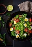 Επιλογές διατροφής Υγιής σαλάτα των φρέσκων λαχανικών - ντομάτες, αβοκάντο, arugula, αυγό, σπανάκι και quinoa σε ένα κύπελλο Στοκ φωτογραφία με δικαίωμα ελεύθερης χρήσης