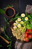 Επιλογές διατροφής Υγιής σαλάτα των φρέσκων λαχανικών - ντομάτες, αβοκάντο, arugula, αυγό, σπανάκι και quinoa Στοκ εικόνα με δικαίωμα ελεύθερης χρήσης