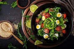 Επιλογές διατροφής Υγιής σαλάτα των φρέσκων λαχανικών - ντομάτες, αβοκάντο, arugula, αυγό, σπανάκι και quinoa Στοκ Εικόνα